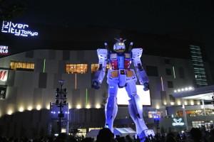 夜のガンダム立像