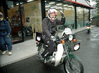 改造した銀行の営業用バイクで国際ラリーに出場する坂本浩一郎さん=3日、松山市(共同)