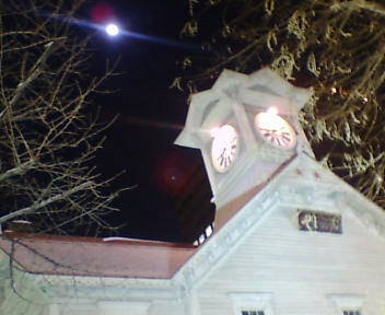 時計台と月